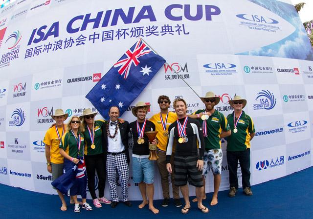 El Presidente de la ISA, Fernando Aguerre, con la primera nación ganadora de la Medalla de Oro por Equipos de la ISA China Cup, Australia. Ocho equipos nacionales, incluyendo al campeón defensor, han sido invitados al próximo evento en enero de 2013.